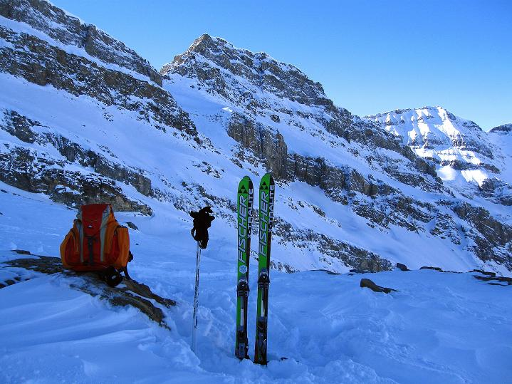 Foto: Andreas Koller / Ski Tour / Vom Gemmipass auf das Daubenhorn (2942 m) / Rast bei P.2765, wo man dann bald mal den Daubenhorngletsher betritt / 08.01.2009 01:23:56