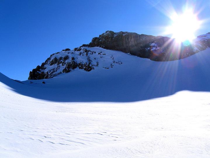 Foto: Andreas Koller / Ski Tour / Vom Gemmipass auf das Daubenhorn (2942 m) / Sonne am Daubenhornjoch / 08.01.2009 01:22:22