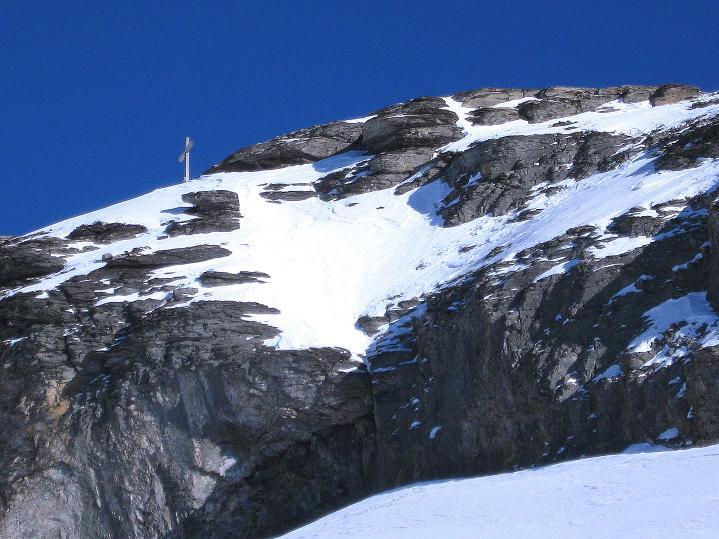 Foto: Andreas Koller / Ski Tour / Vom Gemmipass auf das Daubenhorn (2942 m) / Schon sehr nah scheint das Gipfelkreuz / 08.01.2009 01:20:30