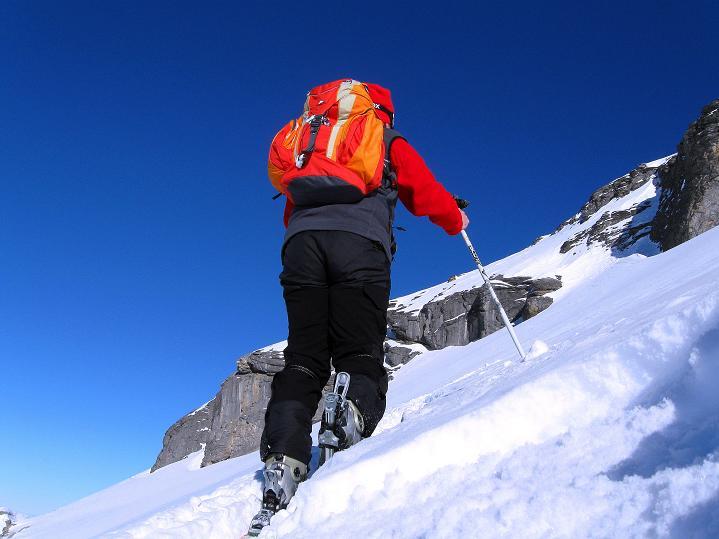 Foto: Andreas Koller / Ski Tour / Vom Gemmipass auf das Daubenhorn (2942 m) / Steiler Anstieg zum Felsfuß des Daubenhorn / 08.01.2009 01:19:41