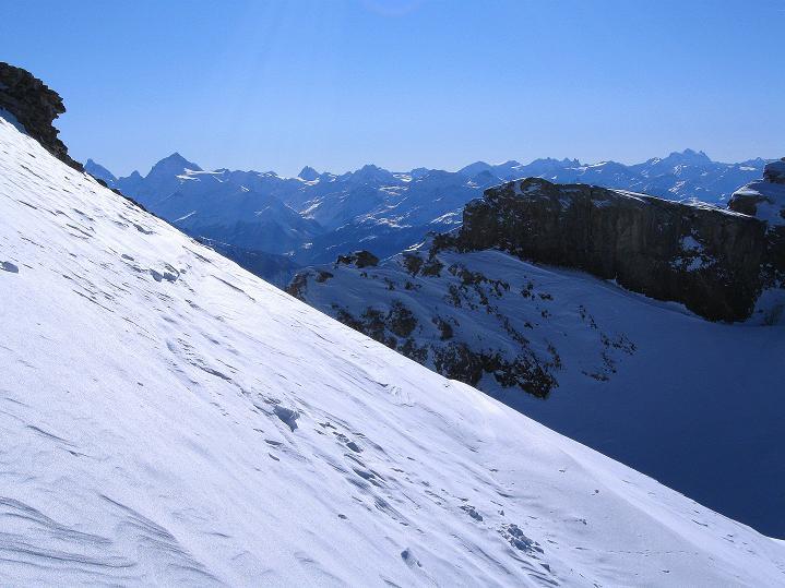 Foto: Andreas Koller / Ski Tour / Vom Gemmipass auf das Daubenhorn (2942 m) / Über das Daubenhornjoch erkennt man die Walliser Eisriesen / 08.01.2009 01:19:13
