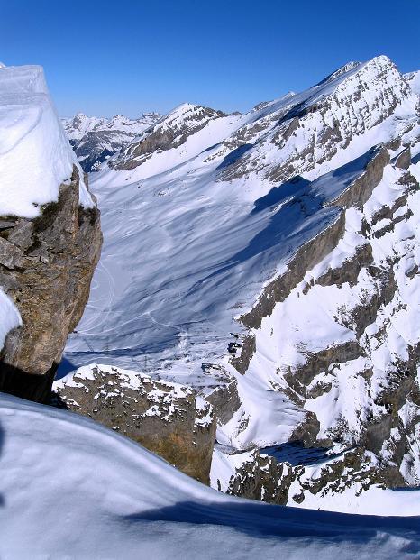 Foto: Andreas Koller / Ski Tour / Vom Gemmipass auf das Daubenhorn (2942 m) / Tiefblick auf den Gemmipass / 08.01.2009 01:17:29