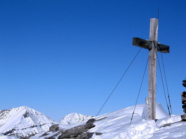 Foto: Andreas Koller / Ski Tour / Vom Gemmipass auf das Daubenhorn (2942 m) / Das Daubenhorn-Gipfelkreuz mit dem Großen Lohner (3049 m) / 08.01.2009 01:17:16