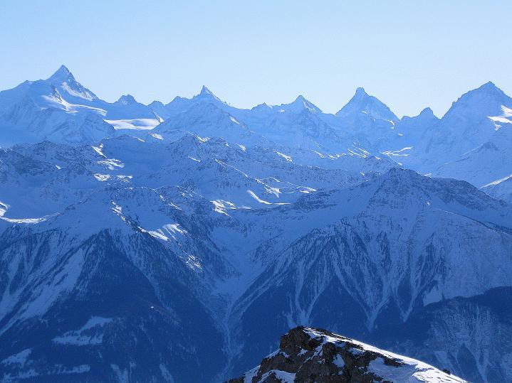 Foto: Andreas Koller / Ski Tour / Vom Gemmipass auf das Daubenhorn (2942 m) / Weißhorn (4505 m), Zinalrothorn (4221 m), Obergabelhorn (4069 m), Matterhorn (4478 m), Dent Blanche (4357 m) / 08.01.2009 01:16:40