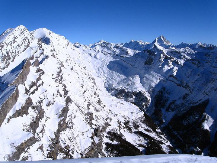 Foto: Andreas Koller / Ski Tour / Vom Gemmipass auf das Daubenhorn (2942 m) / Blick in die Berner Alpen, wobei das Bietschhorn (3934 m) besonders hervorsticht / 08.01.2009 01:15:23