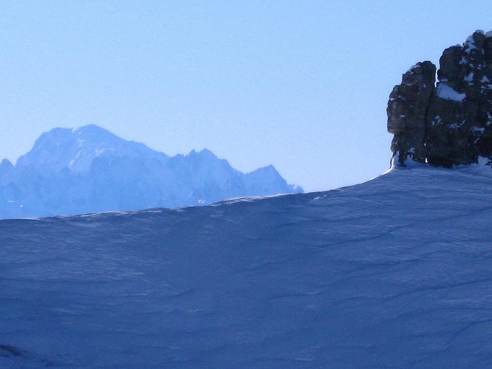 Foto: Andreas Koller / Ski Tour / Vom Gemmipass auf das Daubenhorn (2942 m) / Über die Firnkante schaut der Montblanc (4810 m) / 08.01.2009 01:14:09