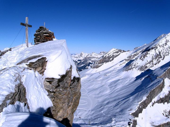 Foto: Andreas Koller / Ski Tour / Vom Gemmipass auf das Daubenhorn (2942 m) / Daubenhorn-Gipfelkreuz und über 600m tiefer der Gemmipass / 08.01.2009 01:12:07