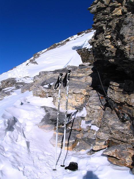 Foto: Andreas Koller / Ski Tour / Vom Gemmipass auf das Daubenhorn (2942 m) / Die Drahtseile gehören zum Klettersteig von Leukerbad auf das Daubenhorn / 08.01.2009 01:11:05