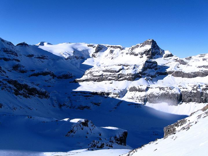 Foto: Andreas Koller / Ski Tour / Vom Gemmipass auf das Daubenhorn (2942 m) / Blick zum vergletscherten Wildstrubel (3244 m) / 08.01.2009 01:09:57