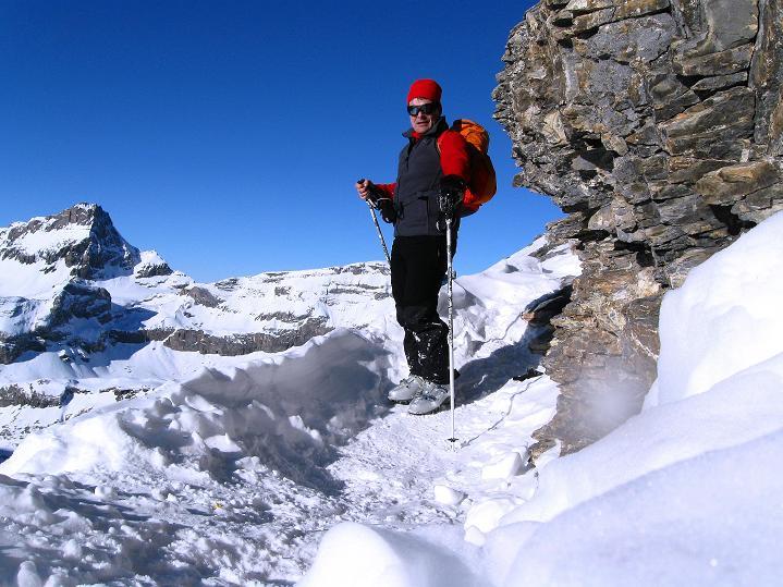 Foto: Andreas Koller / Ski Tour / Vom Gemmipass auf das Daubenhorn (2942 m) / In der kleinen Felsscharte mit Blick auf das Lämmerenhorn (2862 m) / 08.01.2009 01:08:57