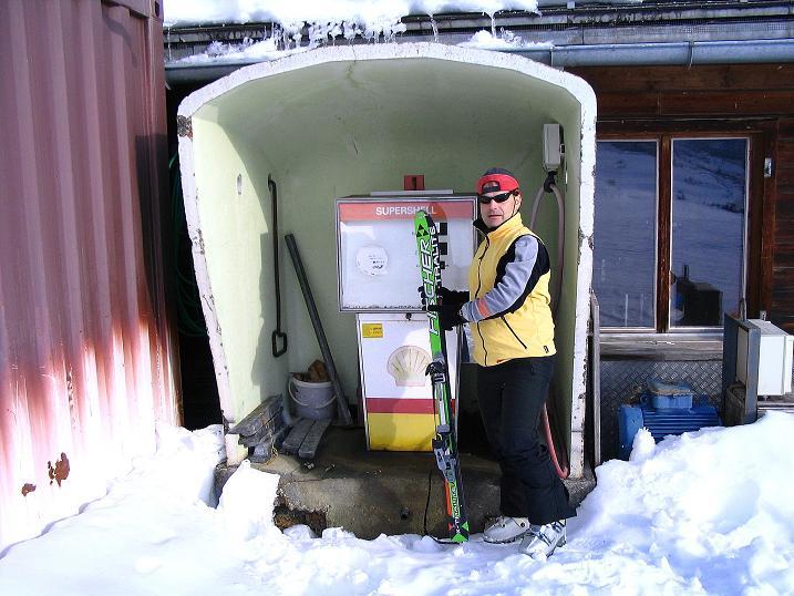 Foto: Andreas Koller / Ski Tour / Aus dem Val Lumnezia auf den Piz Sezner (2309m) / Tankstelle am Berg? / 08.01.2009 22:07:49