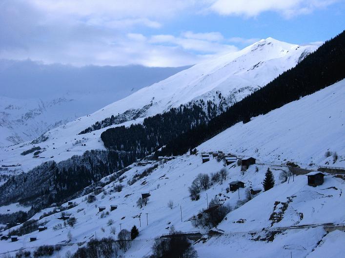 Foto: Andreas Koller / Ski Tour / Piz da Vrin (2563m) / Blick aus dem Val Lumnezia auf den Doppelgipfel des Piz da Vrin / 09.01.2009 00:31:48