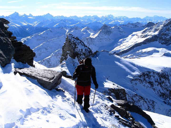 Foto: Andreas Koller / Ski Tour / Von der Lauchernalp aufs Hockenhorn (3293m) / Aufstieg Hockenhorn mit Blick zu den Walliser 4000ern und zum Montblanc (4810 m) / 12.01.2009 19:32:53
