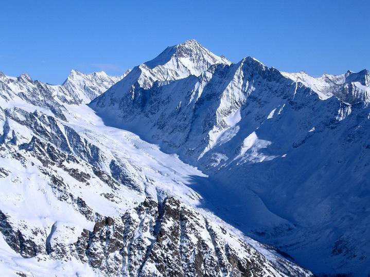 Foto: Andreas Koller / Ski Tour / Von der Lauchernalp aufs Hockenhorn (3293m) / Aletschhorn (4195 m) und Fisterarhorn (4274 m); im Tal der Anstieg zur Lötschenlücke und zur Hollandiahütte / 12.01.2009 19:27:28