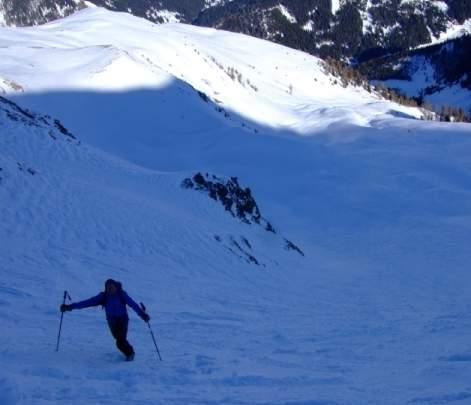Foto: Bernhard Berger / Ski Tour / Von Navis auf die Schafseitenspitze / Tiefblick über den steilen Gipfelhang (Foto: Bernd Golas) / 13.01.2009 16:30:04