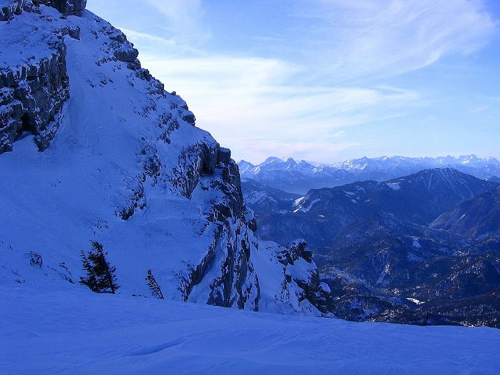 Foto: Andreas Koller / Ski Tour / Durch das Nappental auf die Kräuterin (1919m) / Am N-Abbruch des Hochstadl blickt man vorbei zu den Gesäusebergen und zum Toten Gebirge / 18.01.2009 23:27:35