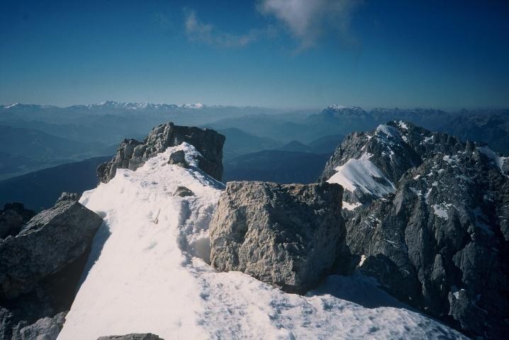 Foto: Manfred Karl / Klettersteig Tour / Johann Klettersteig auf die Dachsteinwarte / Dachsteingipfel; im Hintergrund Hohe Tauern, Hochkönig, rechts darunter der Torstein mit seiner ehemals berühmten Wechte / 22.01.2009 21:25:23