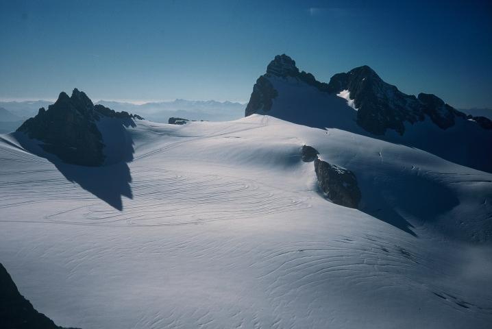 Foto: Manfred Karl / Klettersteig Tour / Johann Klettersteig auf die Dachsteinwarte / Blick vom Gjaidstein über den Hallstätter Gletscher zu den beiden Dirndln und dem Hohen Dachstein, dazwischen befindet sich der unscheinbare Felsen der Dachsteinwarte / 22.01.2009 21:20:46