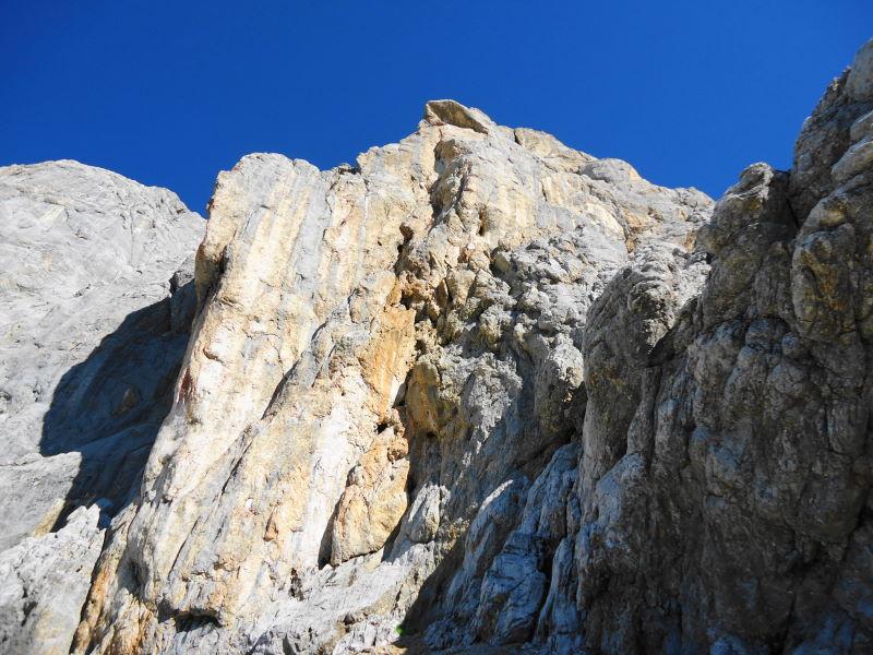 Foto: Günter Siegl / Klettersteig Tour / Irg – Klettersteig auf den Koppenkarstein / Einstiegswand, in Bildmitte oben der luftige Pfeiler / 24.08.2015 10:39:53