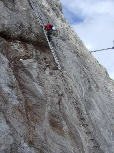 Foto: hofchri / Klettersteig Tour / Irg – Klettersteig auf den Koppenkarstein / ausgesetzte Steigbügel und Leiter zum Rosmariestollen - kein Fixseil! / 20.07.2009 21:15:59