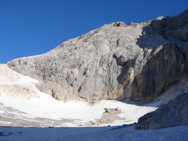 Foto: Manfred Karl / Klettersteig Tour / Irg – Klettersteig auf den Koppenkarstein / Von links her steigt man ab, wenn man mit der Seilbahn hochgefahren ist und quert den obersten Karboden nach rechts / 22.01.2009 22:12:34