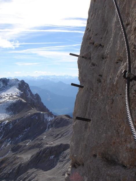 Foto: Manfred Karl / Klettersteig Tour / Irg – Klettersteig auf den Koppenkarstein / Schritt für Schritt am Tritt - so überwindet man senkrechte Wandstellen ;-) / 22.01.2009 22:07:29