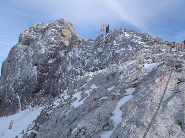 Foto: Manfred Karl / Klettersteig Tour / Irg – Klettersteig auf den Koppenkarstein / Rückblick zum Kleinen Koppenkarstein und Austriaschartenkopf mit dem Flugsicherungsdreieck / 22.01.2009 21:57:02