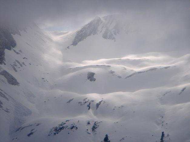 Foto: Manfred Karl / Ski Tour / Über das Murtörl auf das Mureck / Blick vom Haseck auf die schöne Mulde unterhalb der Murwand mit dem Murtörl, das Mureck selbst steckt im Nebel / 22.01.2009 22:45:43