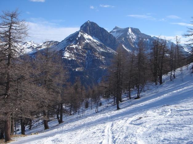 Foto: Manfred Karl / Ski Tour / Durch die Hölle auf das Weißeck / Markant stehen die Zwillingswand und die Guglspitzen über dem Zederhauser Tal / 26.01.2009 22:16:38