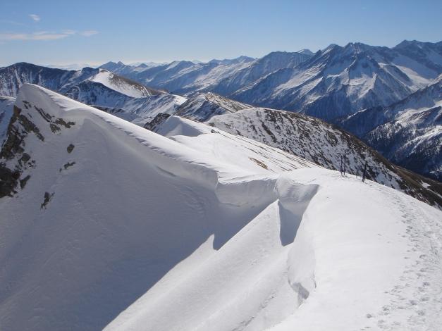 Foto: Manfred Karl / Ski Tour / Durch die Hölle auf das Weißeck / Verbindungsgrat von der Felskarspitze, meist wird am Fuß des Südgrates das Schidepot errichtet, es sei denn, man fährt über das Ödenkar oder die Südflanke ab / 26.01.2009 22:11:38