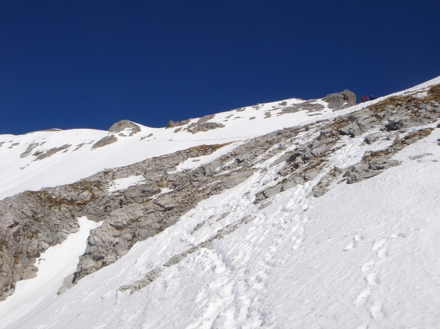 Foto: Manfred Karl / Ski Tour / Durch die Hölle auf das Weißeck / Am Südgrat, deutlich erkennbar der feine Strich eines alten Schneebrettabrisses / 26.01.2009 22:10:41