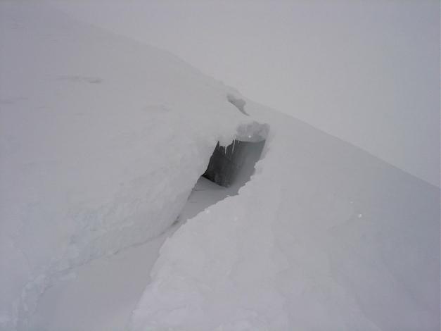Foto: Manfred Karl / Ski Tour / Joch (2052m) / Der Setzungsriss aus wärmeren Tagen zeigt, dass die Tour im oberen Teil bei ungünstigen Verhältnissen lawinengefährlich sein kann. / 28.01.2009 14:27:11