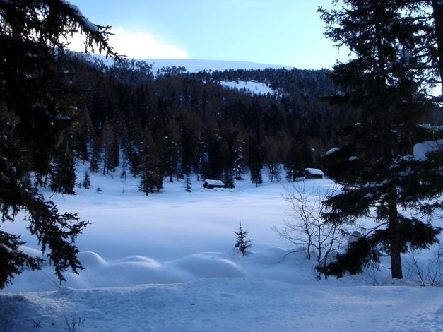 Foto: Manfred Karl / Ski Tour / Mühlhauserhöhe, 2216 m / Die sichtbaren Hütten geben die grobe Richtung auf die Mühlhauser Höhe vor / 29.01.2009 20:20:56