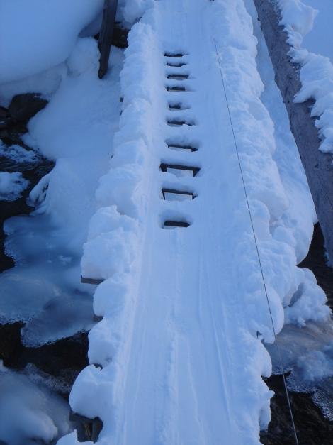 Foto: Manfred Karl / Ski Tour / Drei Gipfel im ruhigeren Eck der Toferer Alm / Der schmale Steg unterhalb der Oberharbachalm / 29.01.2009 21:39:01