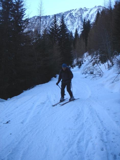 Foto: Manfred Karl / Ski Tour / Seemannwand, 2822 m / Bei wenig Schnee ist man froh, wenn man über die Almstraße hinunterrutschen kann / 29.01.2009 21:57:40