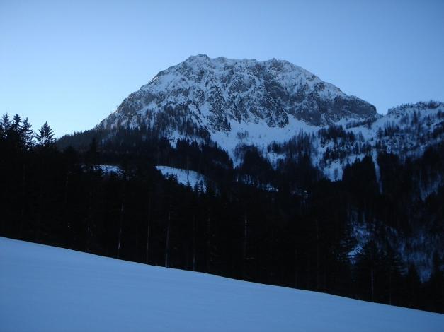 Foto: Manfred Karl / Ski Tour / Über die Gsengalm auf die Gsenghöhe / Der Schober; unterhalb eingebettet das Kar, durch das man nach rechts zur Gsenghöhe aufsteigt. / 30.01.2009 22:00:56