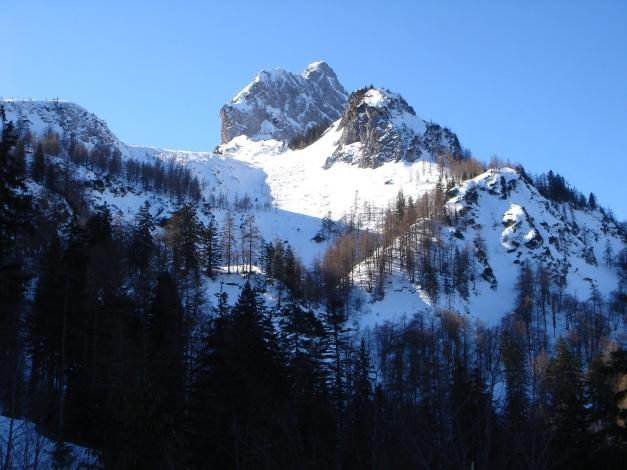 Foto: Manfred Karl / Ski Tour / Über die Gsengalm auf die Gsenghöhe / Ein markanter Gipfel: Der Große Traunstein mit seinem kleinen Bruder, auf den sogar eine Miniferrata führt. / 30.01.2009 21:59:38