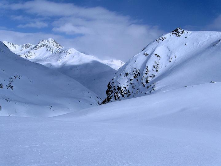 Foto: Andreas Koller / Ski Tour / Impressionen am Flüelapass (2606 m) / Blick aus der Steilflanke nach NO, rechts das Flüela Horn, unser Ziel / 09.02.2009 00:55:44