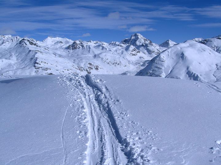 Foto: Andreas Koller / Ski Tour / Piz Turba (3018m) / Markant präsentiert sich der Piz Julier (3380 m) / 09.02.2009 23:28:17
