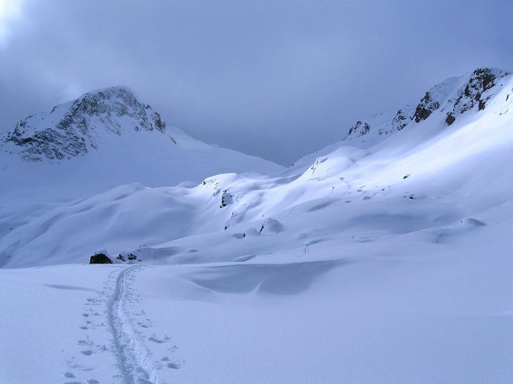 Foto: Andreas Koller / Ski Tour / Piz Turba (3018m) / Das Wetter wird schlechter über dem Piz Turba / 09.02.2009 23:25:44