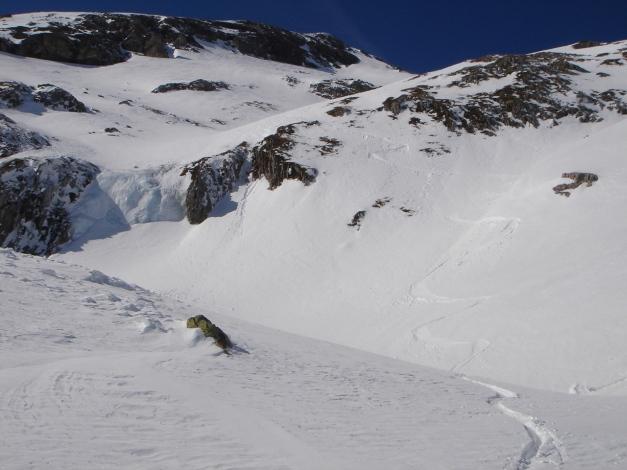 Foto: Manfred Karl / Ski Tour / Schwarzeck, Fuchskar / Die Variante durch die Mulde unter dem Gipfel endet mit einem kleinen Eisfall - rechtzeitiges Ausqueren ist erforderlich  / 15.02.2009 14:20:02