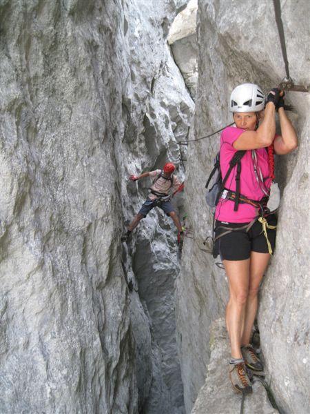 Foto: Heidi Schützinger / Klettersteig Tour / Predigstuhl (1278 m) - Die Klettersteig-Trilogie / Christine kommt vom dunklen Felsspalt ins Licht  / 24.07.2015 18:53:32