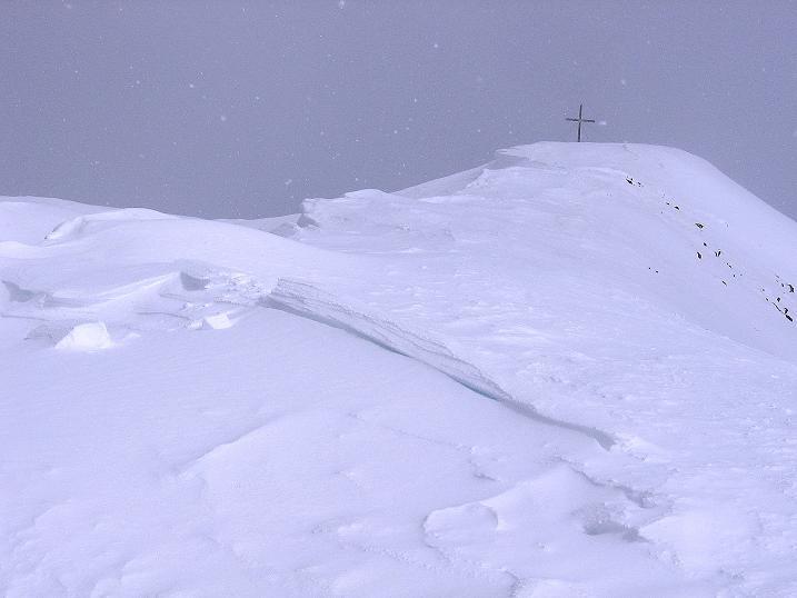 Foto: Andreas Koller / Ski Tour / Genusstour aufs Hochhorn (2623m) / Das Hochhorn-Gipfelkreuz ist schon in Sicht / 23.02.2009 00:25:07