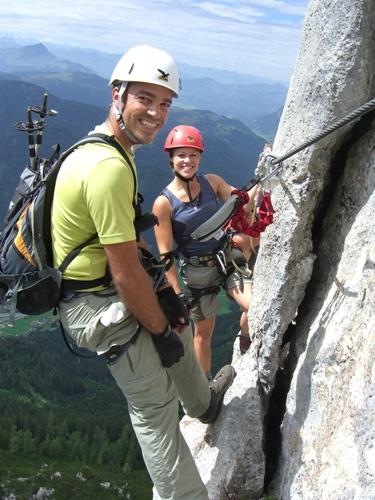 """Foto: hofchri / Klettersteig Tour / Steinplatte (1869m) über """"s´Schuasta Gangl-Klettersteig"""" / ausgesetzter Knieschladerer am Turm außen vorbei(C) / 25.02.2009 12:14:21"""