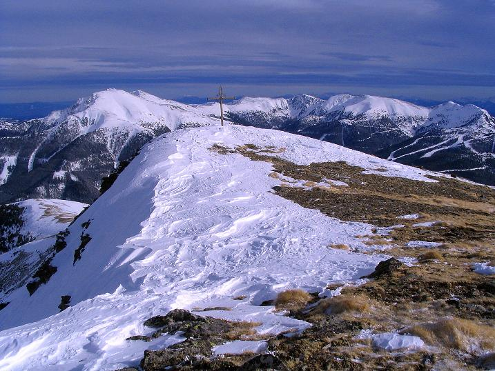 Foto: Andreas Koller / Skitour / Über den Geiger auf den Kilnprein (2408m) / Der abgeblasene Gipfel des Kilnprein gegen Eisenhut (2441 m) und seine Trabanten / 11.03.2009 20:59:03