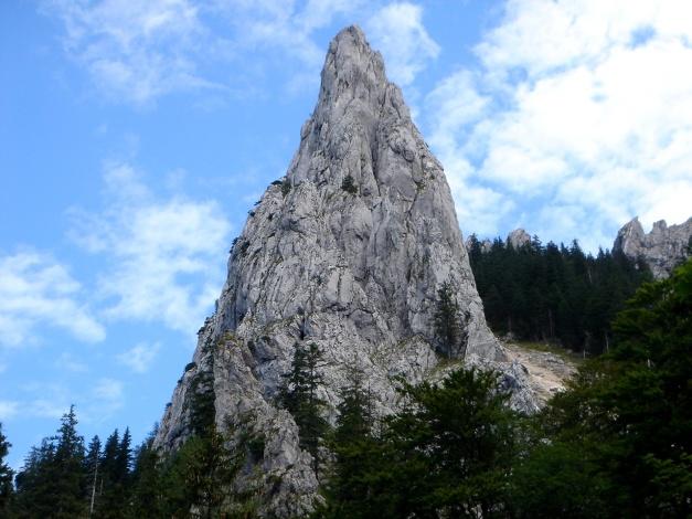 Foto: Manfred Karl / Kletter Tour / Überschreitung der Adlerspitze / Als markanter Turm präsentiert sich die Adlerspitze vom Zustiegsweg / 07.04.2009 21:39:51