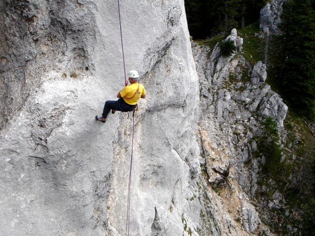 Foto: Manfred Karl / Kletter Tour / Überschreitung der Adlerspitze / Abseilpartie an der Adlerspitze - der Abseilende ist übrigens der Hausherr der Adlerspitze: Franz Hauzenberger / 07.04.2009 21:33:43