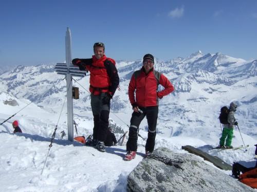 Foto: hofchri / Ski Tour / Hohe Fürleg (2943m),  Stubacher Sonnblick (3088m) und Granatspitze (3086m) vom Enzingerboden / wieder ein Gipfelkreuz / 08.04.2009 21:06:39