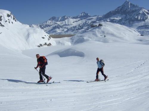 Foto: hofchri / Ski Tour / Hohe Fürleg (2943m),  Stubacher Sonnblick (3088m) und Granatspitze (3086m) vom Enzingerboden / hinten der Hocheiser und die Staumauer des Weißsee / 08.04.2009 21:01:41