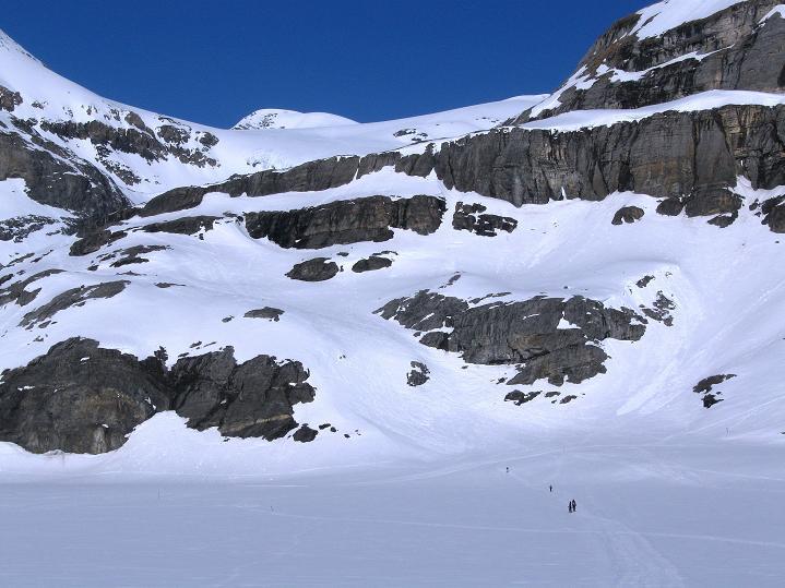 Foto: Andreas Koller / Ski Tour / Hoch über dem Gemmipass aufs Steghorn (3146m) / Die Schlüsselstelle, überragt vom Wildstrubel / Lenkerstrubel (3244 m) / 16.04.2009 03:02:29